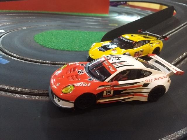 Duelo en pista: Corvette C7R vs Porsche 911 - Categoría GT Scaleauto con imán. I7zT7d