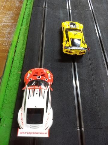 Duelo en pista: Corvette C7R vs Porsche 911 - Categoría GT Scaleauto con imán. LNL4yi