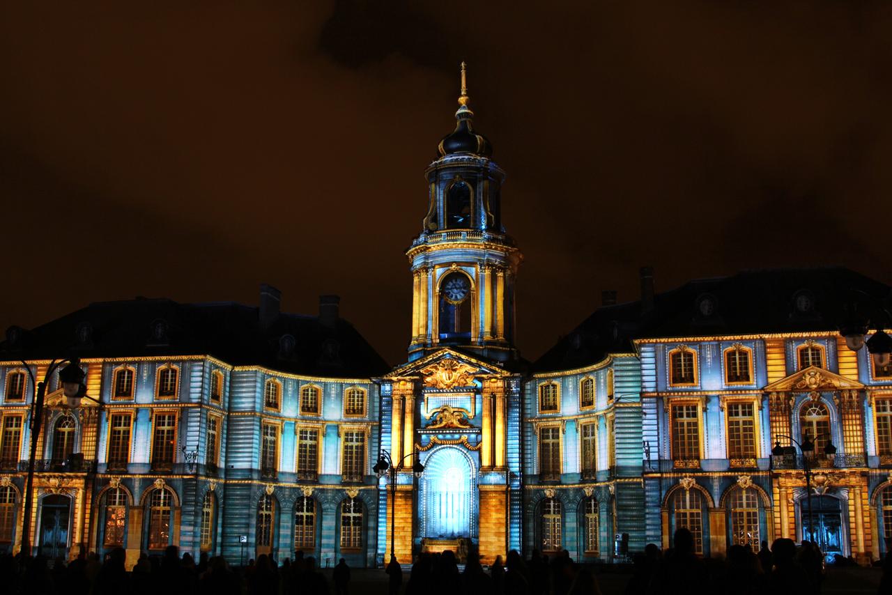 Illuminations de Noel 2013 sur la facade de la mairie de Rennes O1vs