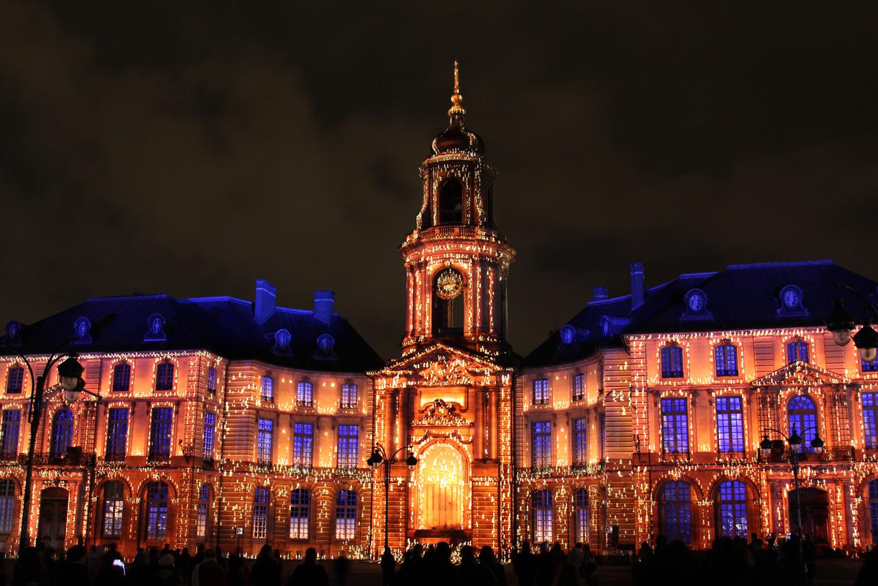 Illuminations de Noel 2013 sur la facade de la mairie de Rennes Tyia