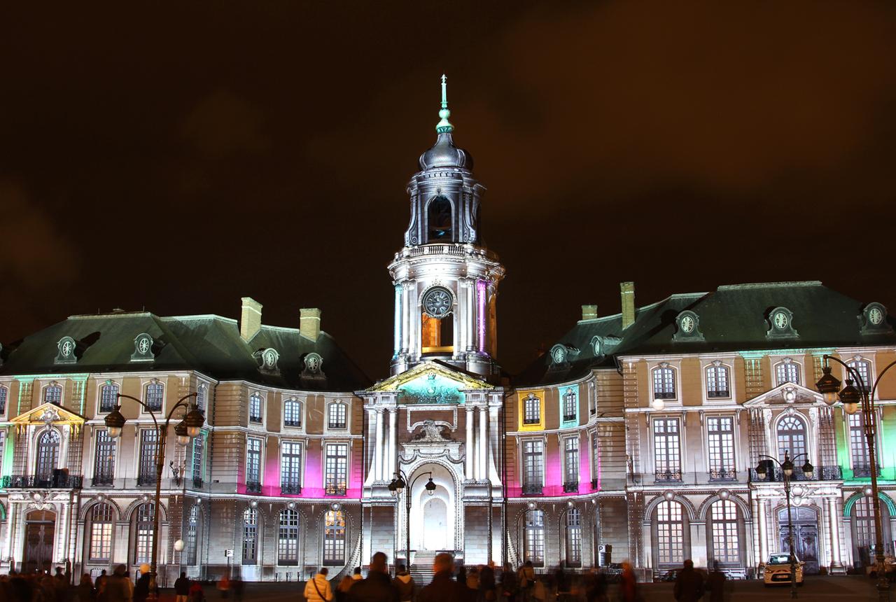 Illuminations de Noel 2013 sur la facade de la mairie de Rennes 1zqc