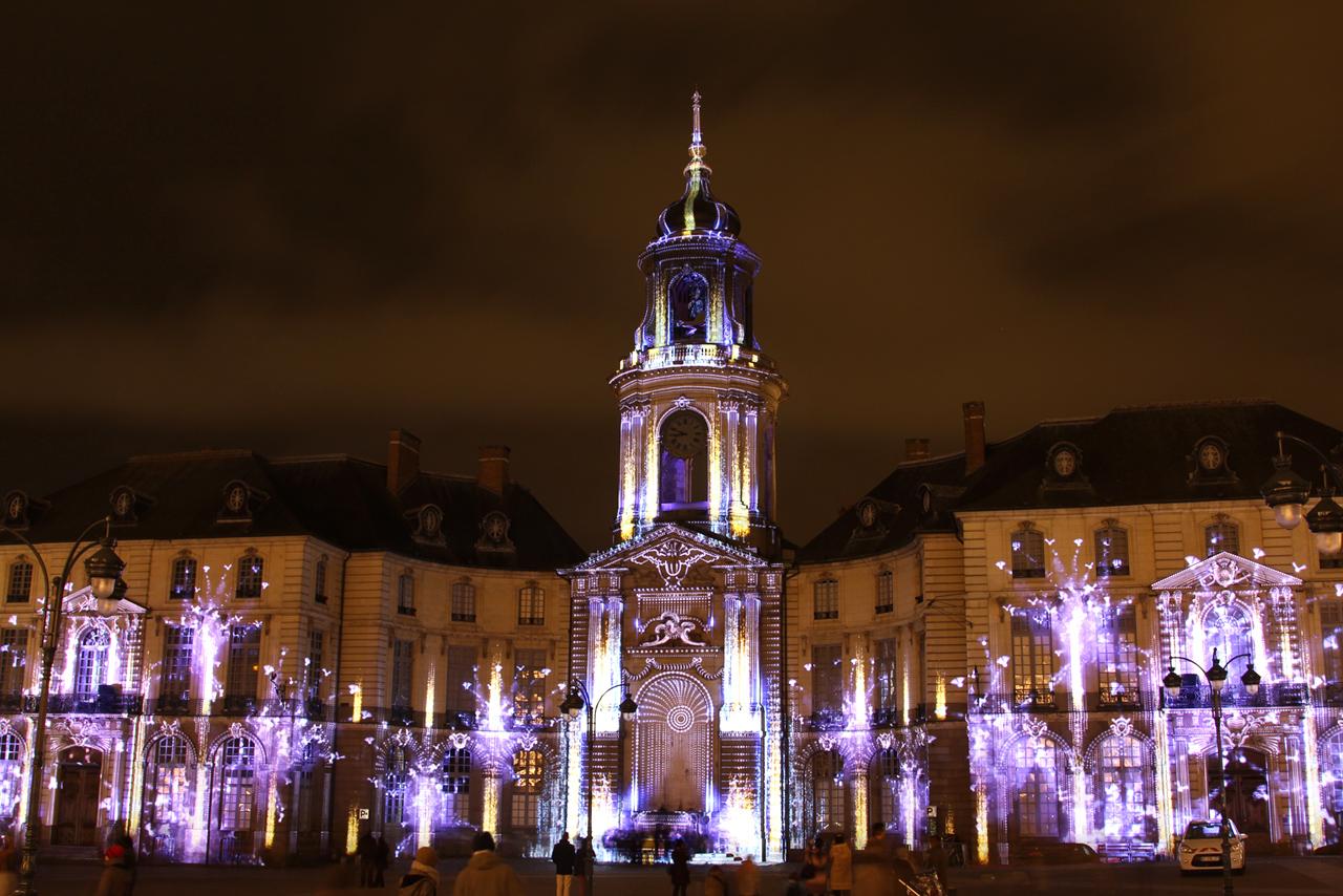 Illuminations de Noel 2013 sur la facade de la mairie de Rennes Ik0w