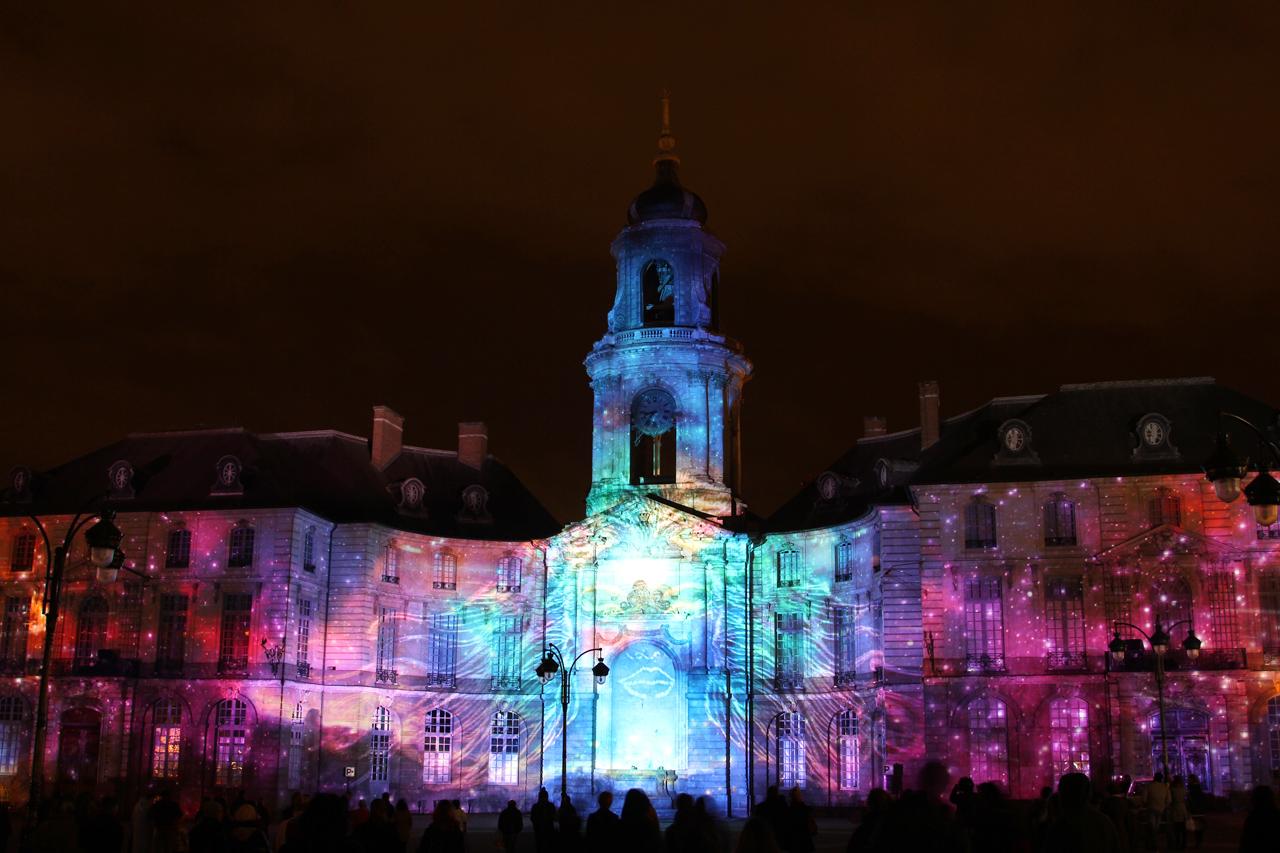 Illuminations de Noel 2013 sur la facade de la mairie de Rennes Mze4