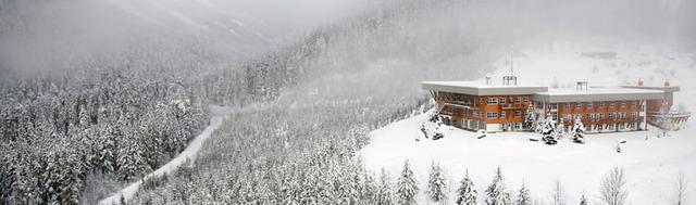 Fin de temporada de esquí en una cabaña perdida en las Rocosas Canadienses Ldvy