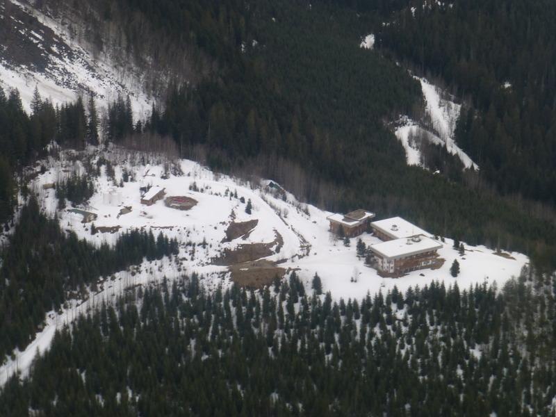 Fin de temporada de esquí en una cabaña perdida en las Rocosas Canadienses M834