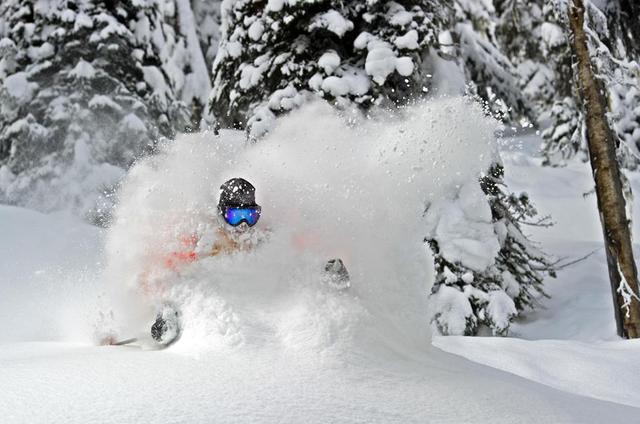 Fin de temporada de esquí en una cabaña perdida en las Rocosas Canadienses R9s0