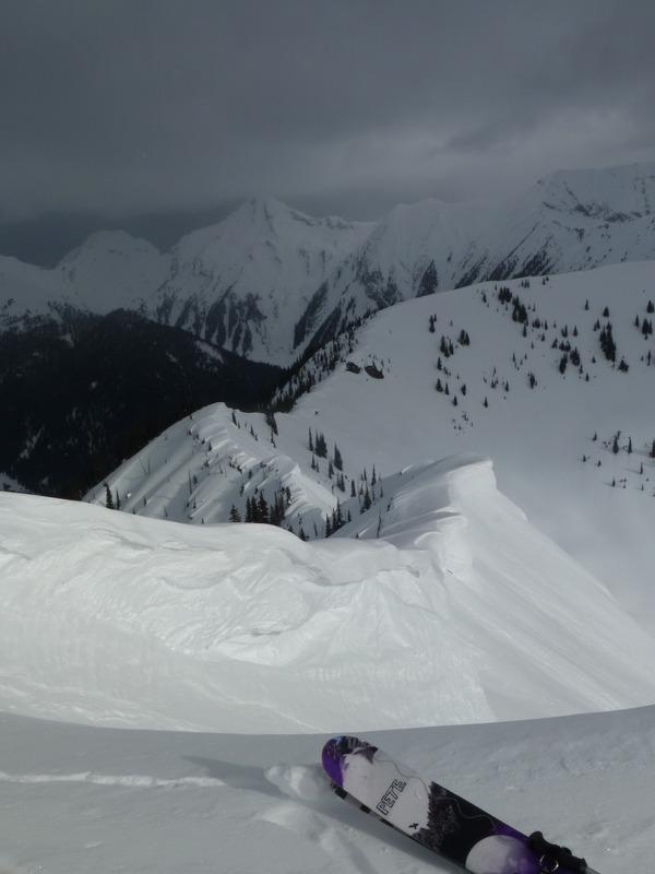 Fin de temporada de esquí en una cabaña perdida en las Rocosas Canadienses V46g
