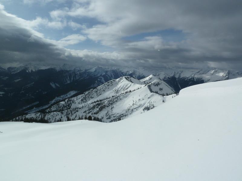 Fin de temporada de esquí en una cabaña perdida en las Rocosas Canadienses 7dqa