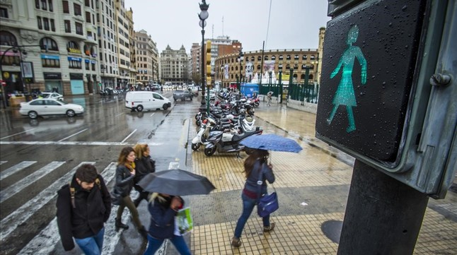 Valencia instala semáforos con peatonas COq53P