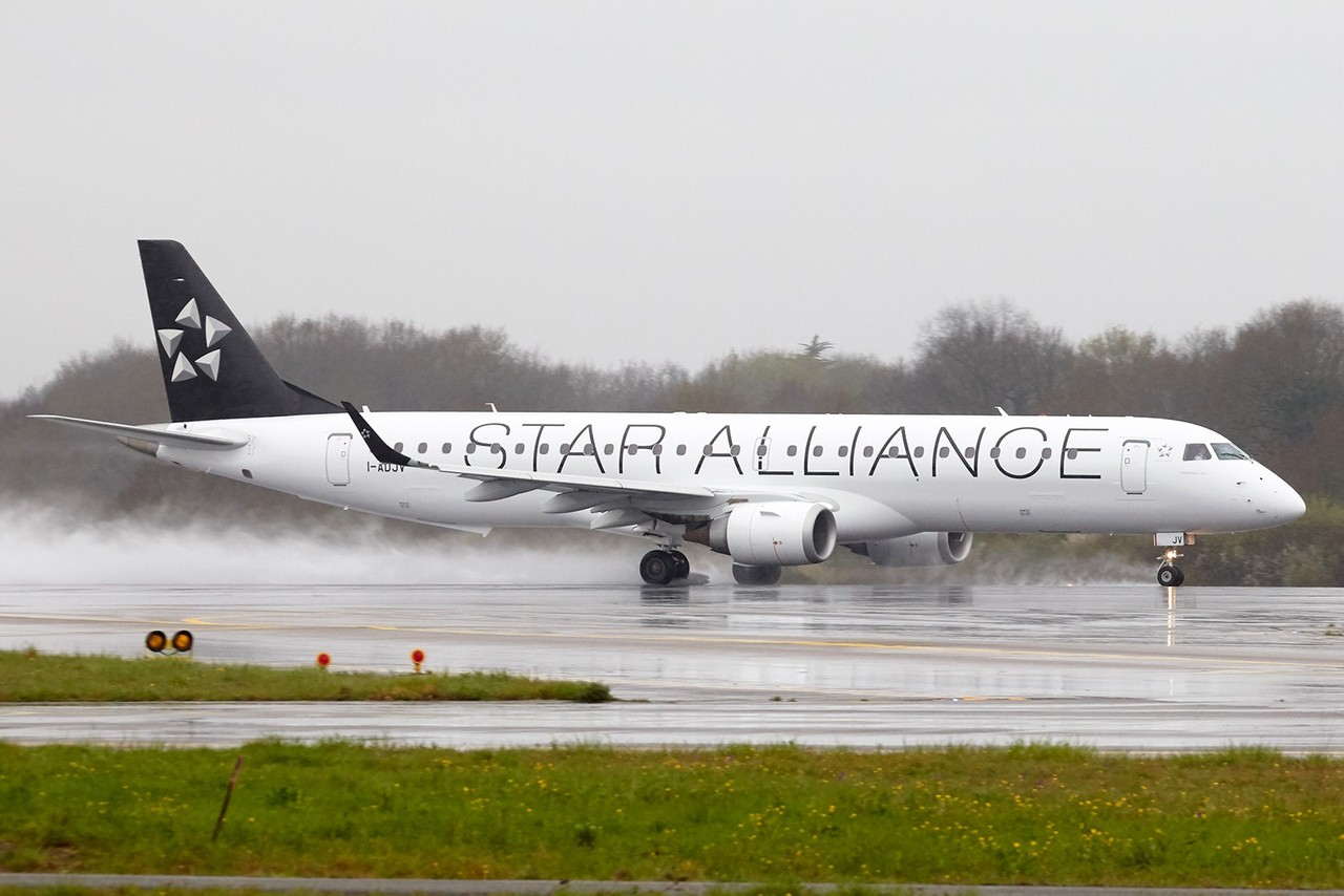 "[07/04/2018] Embraer 195 (I-ADJV) Air Dolomiti  ""Star Alliance"" livery UYWoyN"