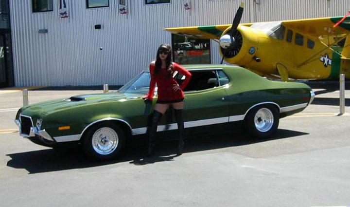 Pin-up en voiture américaine Kxw8