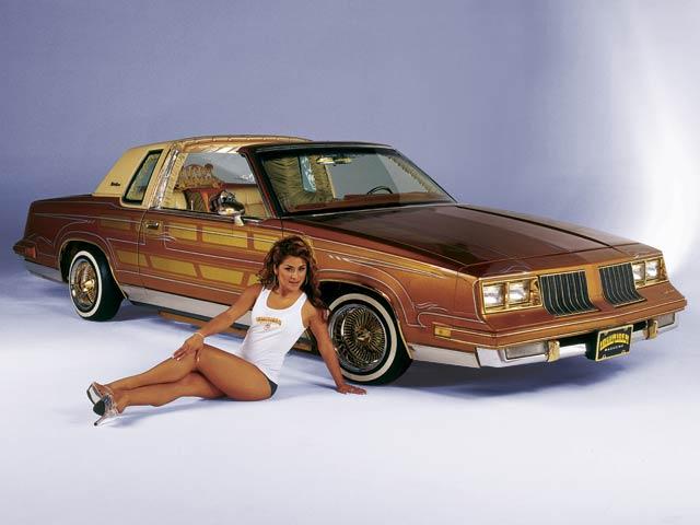 Pin-up en voiture américaine Xnl2y