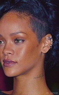 Rihanna Fenty WyzObq
