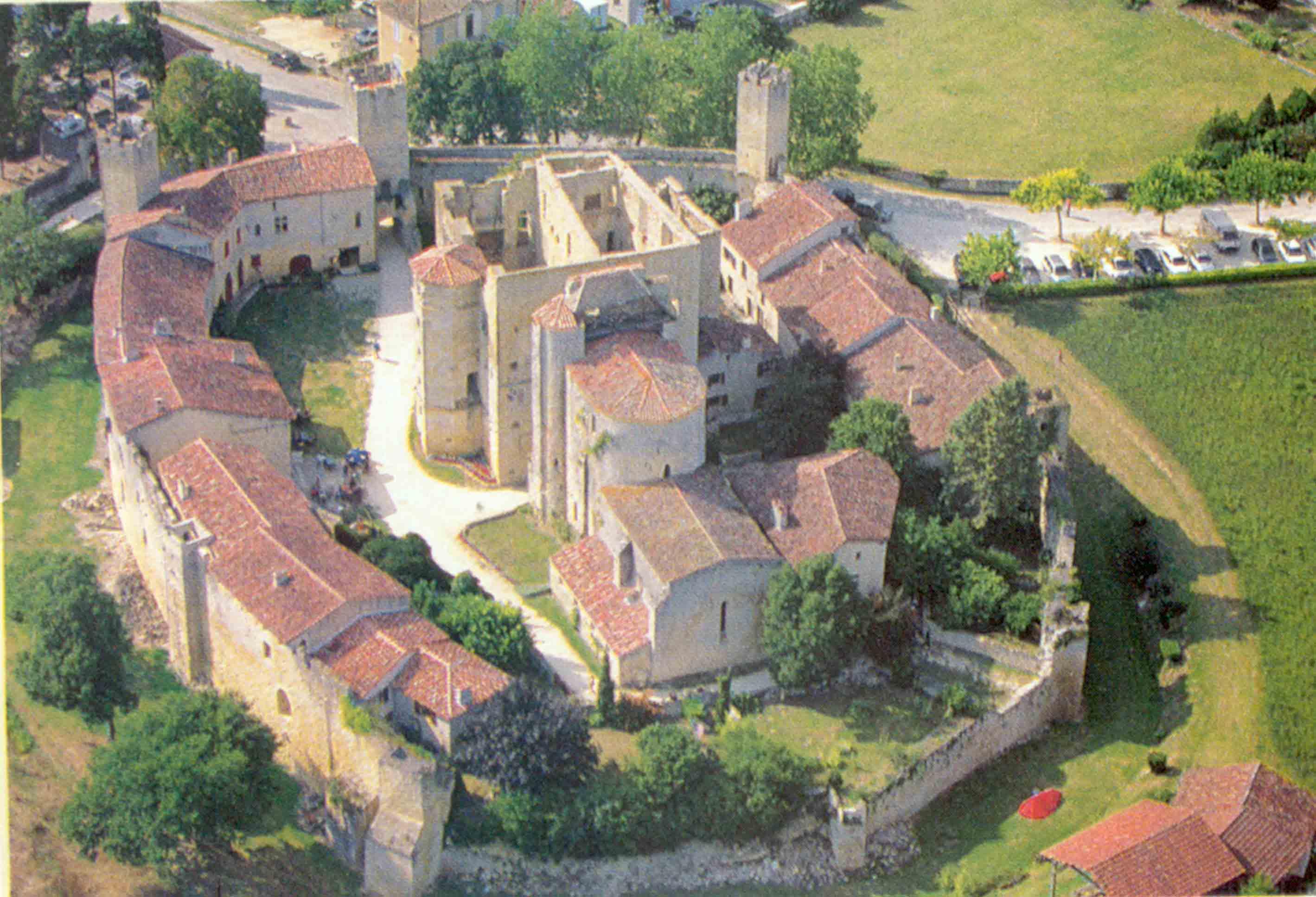 Village médiéval fortifié - Page 7 1BuvVH