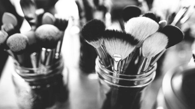 Main photo Le maquillage : réellement indispensable ?