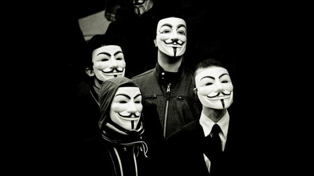 Main photo Macron pour une fin de l'anonymat sur le Web
