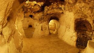 Il casse un mur de sa maison et découvre une immense ville souterraine construit