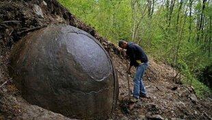 Une sphère rocheuse suscite la controverse - Archéologie