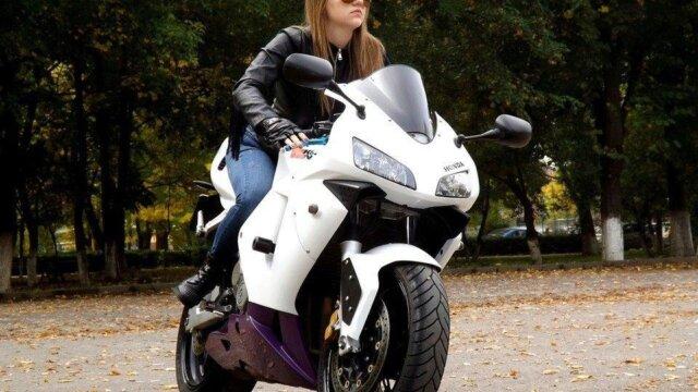 Permis moto femme: les bonnes raisons pour se lancer !